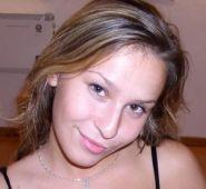 jeune femme en webcam devant des inconnus