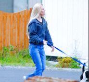 ma-voisine-chaude-promene-son-chien